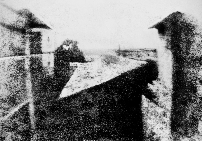 Vista da janela em Le Gras (1826-7), de Joseph Nicéphore Niépce (Imagem retirada daqui .)